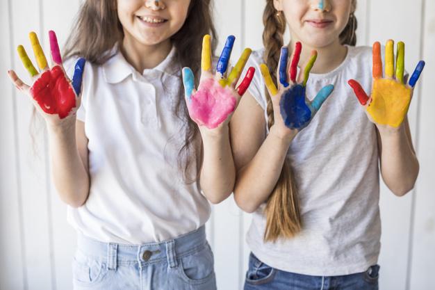 piger der leger med maling