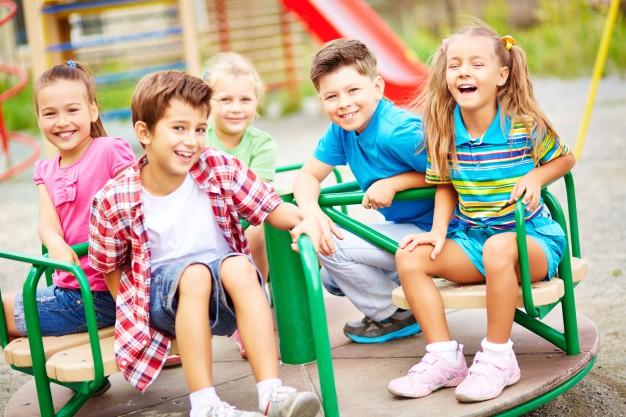 børn der hygger i tivoli